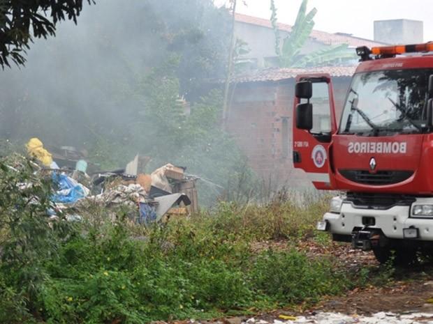 casa com lixo pega fogo em feira de santana (Foto: Acorda Cidade/Divulgação)