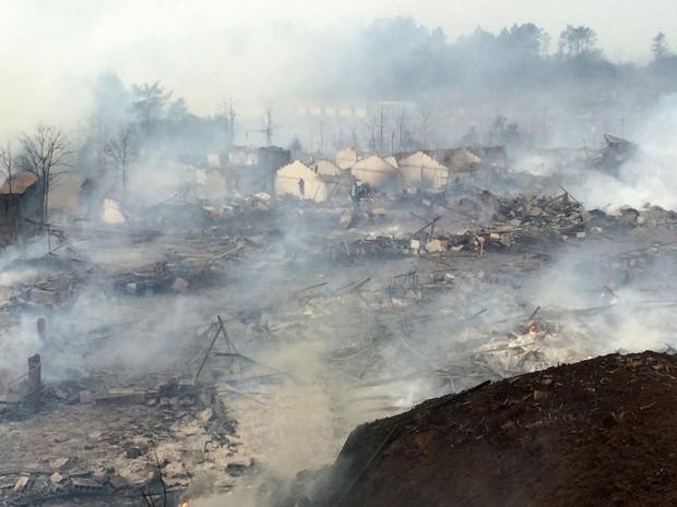 Fumaça encobre fábrica de fogos de artifício após explosão perto de Shangrao, na China, nesta quarta-feira (20) (Foto: Chinatopix Via AP)
