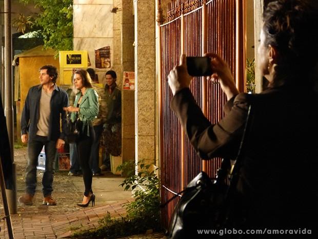 Lídia fotografa Leila e Thales em frente ao prédio do escritor (Foto: Amor à Vida/TV Globo)