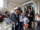 Caio Castro tira fotos com fãs em aeroporto paulista