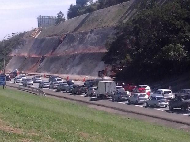 Rodovia Castello Branco está com o trânsito complicado (Foto: Polícia Rodoviária/Divulgação)
