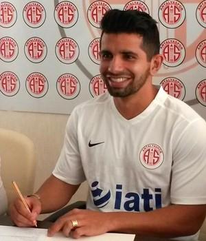 Guilherme posa com camisa do novo clube, o Antalyaspor, da Turquia (Foto: Reprodução / Twitter do Antalyaspor)