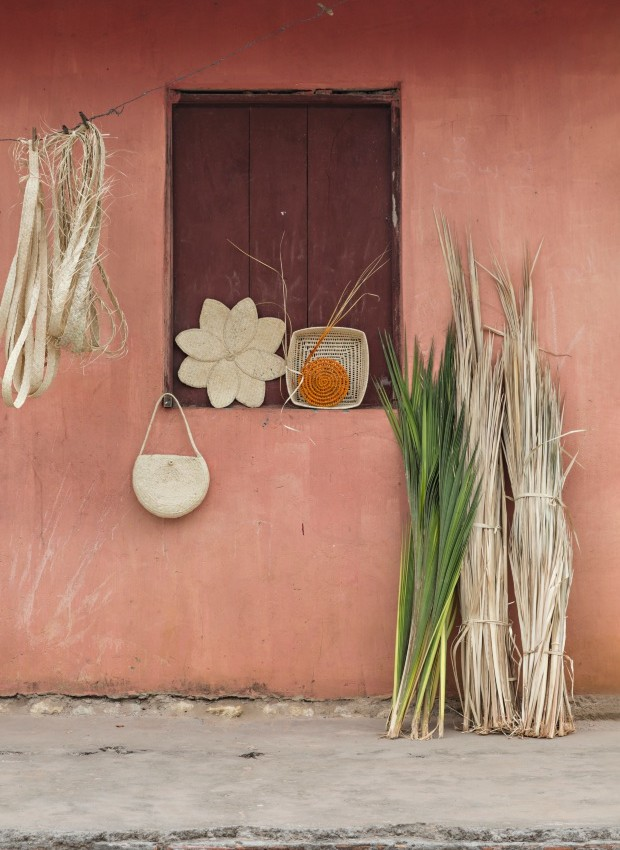 Variedade. O tramado em forma de flor, 30 cm, custa a partir de R$ 15. A cesta, 10 cm, custa a partir de R$ 10. A bolsa de alça, 30 x 25 cm, é vendida por R$ 15 (Foto: Projeto Sertões)