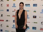 Leandra Leal usa look decotado em premiação do Rio