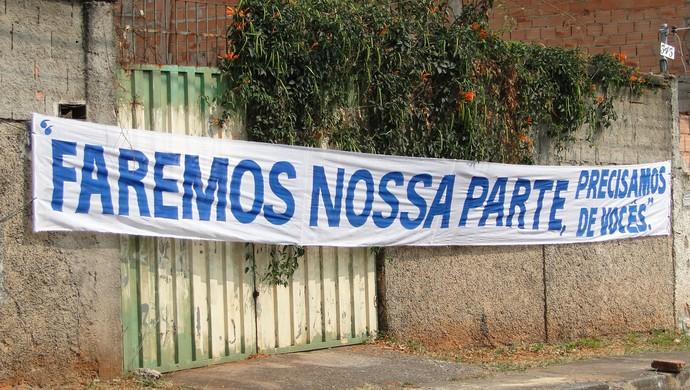 Faixa de apoio aos jogadores do Cruzeiro na porta da Toca da Raposa II (Foto: Marco Antônio Astoni - Globoesporte.com)