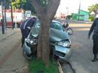 Jovens ficam feridos em batida de carro em árvore na volta de festa