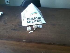 Mulher tentou entrar com droga na penitenciária (Foto: Polícia Militar/Divulgação)