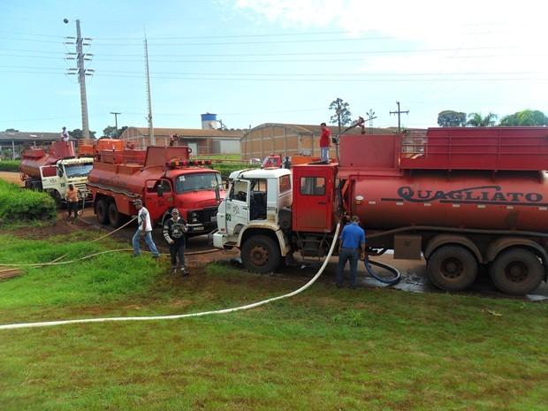 Caminhões da usina foram utilizados  (Foto: Alexandre Azank / TV TEM)