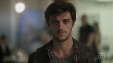 Jonatas surpreende Eliza no aeroporto