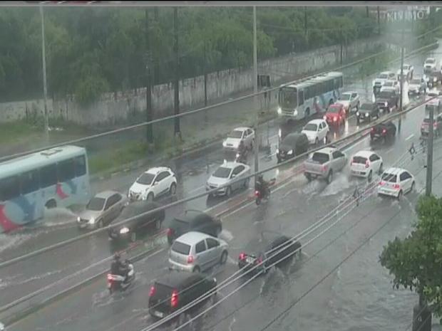 Avenida Alberto Craveiro próximo ao Mackro ficou com trecho alagado. Veículos tiveram dificuldade para passar pelo local (Foto: Reprodução/TV Verdes Mares)