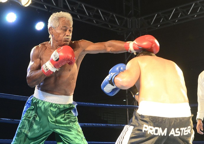 Touro Moreno tentou nocautear o adversário, 44 anos mais novo, mas não teve fôlego e desistiu no início do 2º round (Foto: Bernardo Coutinho/A Gazeta)