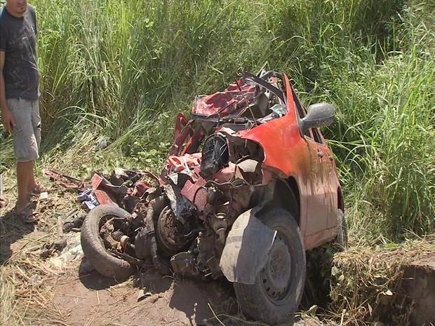Acidente envolvendo um carro e carreta deixa dois mortos (Foto: Foto: TV Verdes Mares/ Reprodução)