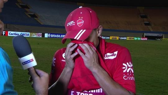 Herói contra o Inter, atacante do Vila chora com gol na véspera do casamento