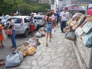 Bolsas vendidas por Francisco ocupam boa parte da rua (Foto: Daniel Peixoto/G1)