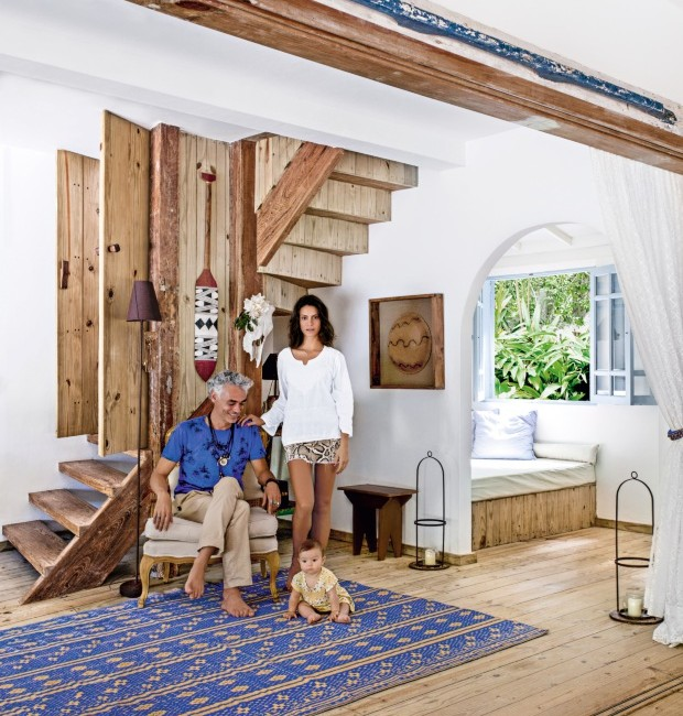 Flavio, Carolina e Teodora posam para foto ao lado da escada de pínus tratado (Foto: Marco Antonio / Editora Globo)
