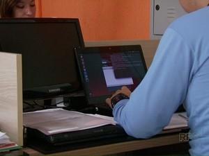 Hackers invadem sistemas de informática de empresas e exigem resgate (Foto: Reprodução / RPC)