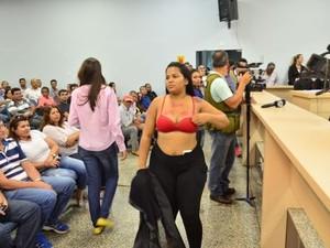Manifestante tirou a blusa em apoio à CPI (Foto: Marcelo Nery/Rondônia In Foco)