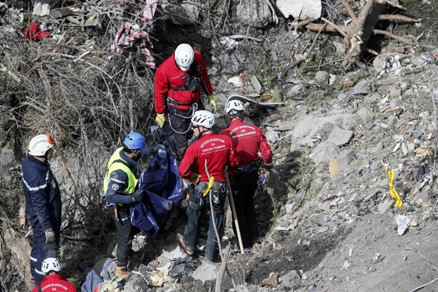 Equipes de resgate trabalham no local da queda do avião da Germanwings nos Alpes franceses neste domingo. (Foto: Gonzalo Fuentes/Reuters)