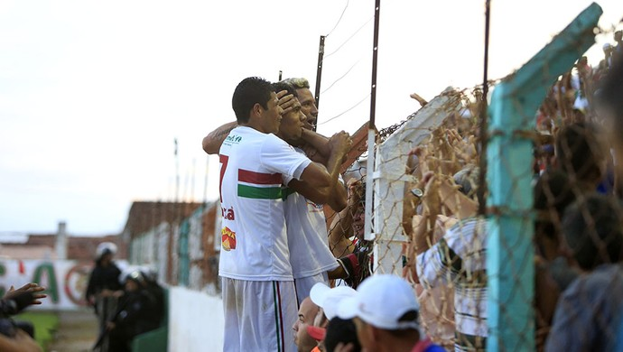 Jogadores comemoram com a torcida  (Foto: Ailton Cruz/Gazeta de Alagoas)