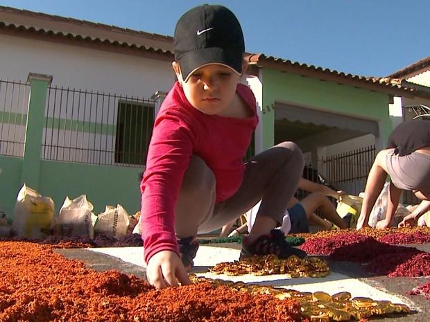 Cerca de 600 fiéis participaram da montagem dos tapetes em Taiaçu, SP (Foto: Maurício Glauco/EPTV)