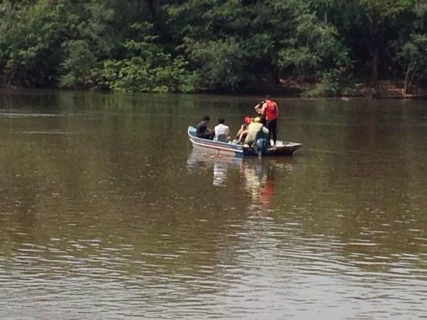 Corpo de caminhoneiro foi resgatado por mergulhadores do Corpo de Bombeiros (Foto: Paula Casagrande/G1)