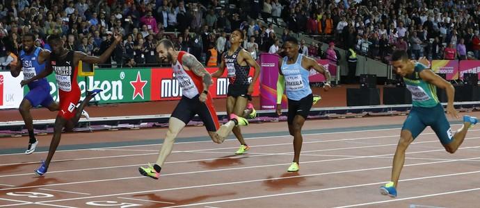 Ramil Gulieyv vence os 200m rasos do Mundial de Londres (Foto: Reuters)