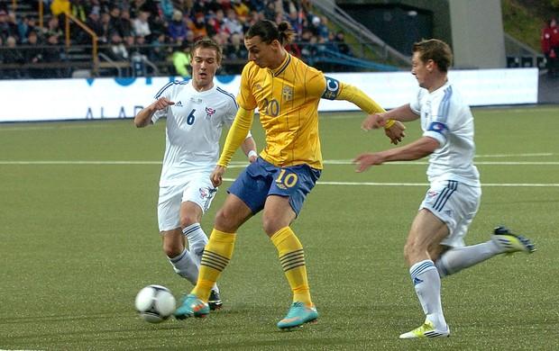 Ibrahimovic na partida da Suécia contra as Ilhas Faroe (Foto: Reuters)