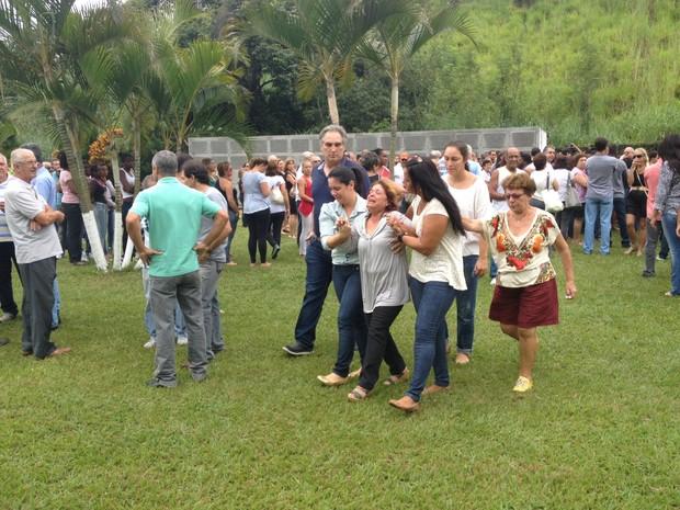 Avó de João Felipe é amparada durante velório (Foto: Cristiane Cardoso/ G1)