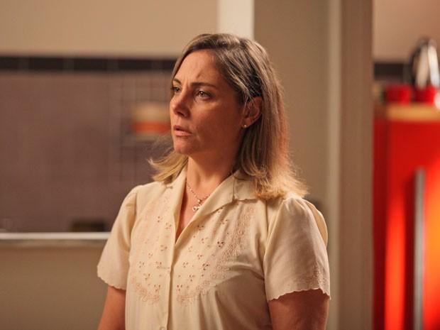 Beatriz fica chocada com a aparição do ex-marido (Foto: Artur Meninea/Gshow)