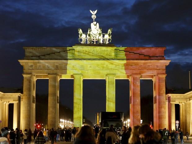 O Portão de Brandemburgo em Berlim, na Alemanha, é iluminado com as cores da bandeira da Bélgica em homenagem às vítimas dos ataques terroristas desta terça (22) (Foto: Frabrizio Bensch/Reuters)