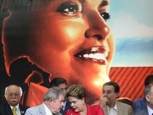 O ex-presidente Luiz Inácio Lula da Silva e a presidente Dilma Rousseff  em festa do PT para celebrar 33 anos do partido e dez anos no comando do governo federal (Foto: JF DIORIO/ESTADÃO CONTEÚDO)