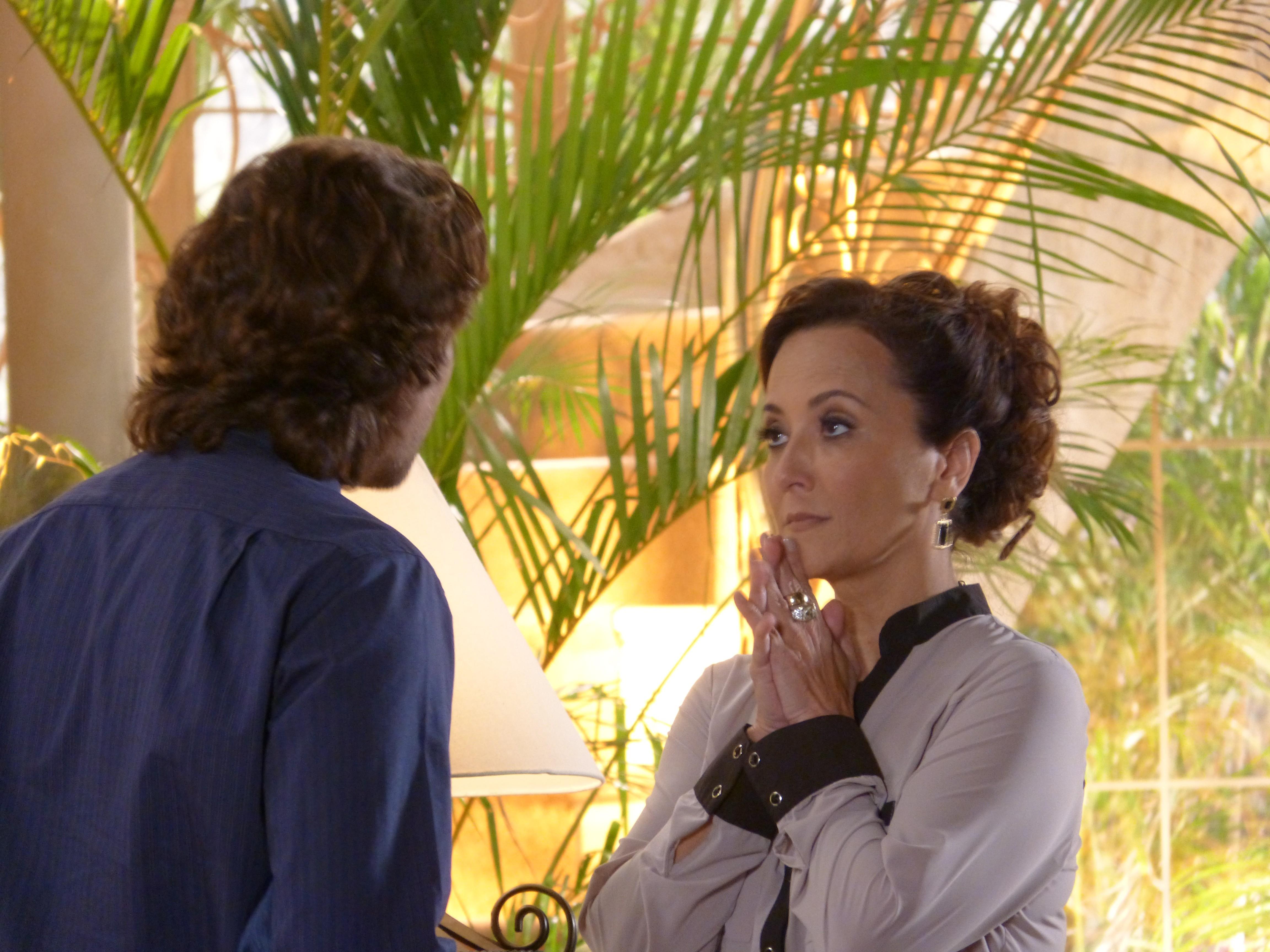 Guiomar fica assustada com a obsessão do seu filho por Ester (Foto: Flor do Caribe / TV Globo)