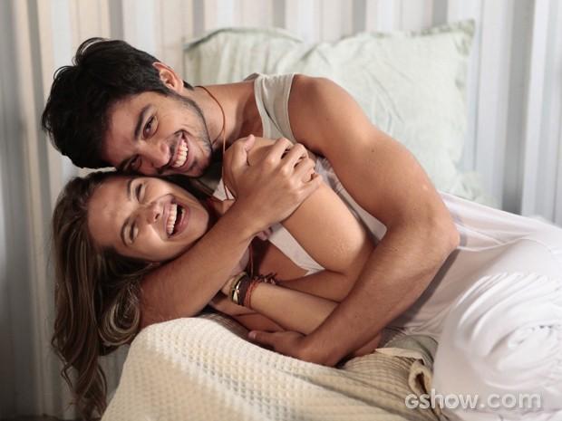 Juliana Paiva e Rodrigo Simas brincam durante gravação de cena de seus personagens