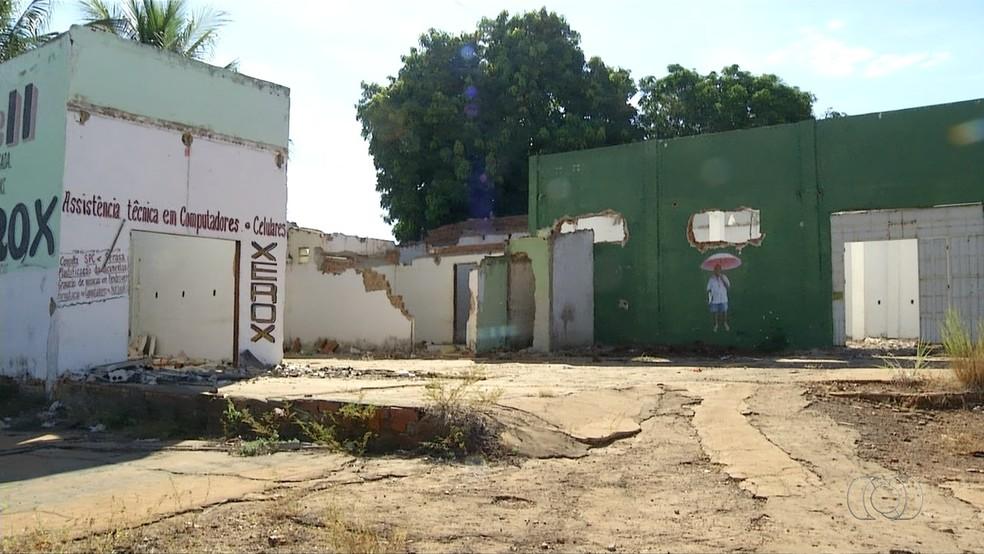 Casas abandonadas deixam moradores inseguros no setor Aureny III (Foto: Reprodução/TV Anhanguera)