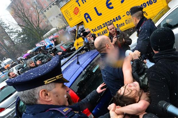 Três mulheres escreveram nos seios 'Basta Berlusconi' (Foto: Giuseppe Cacece/AFP)