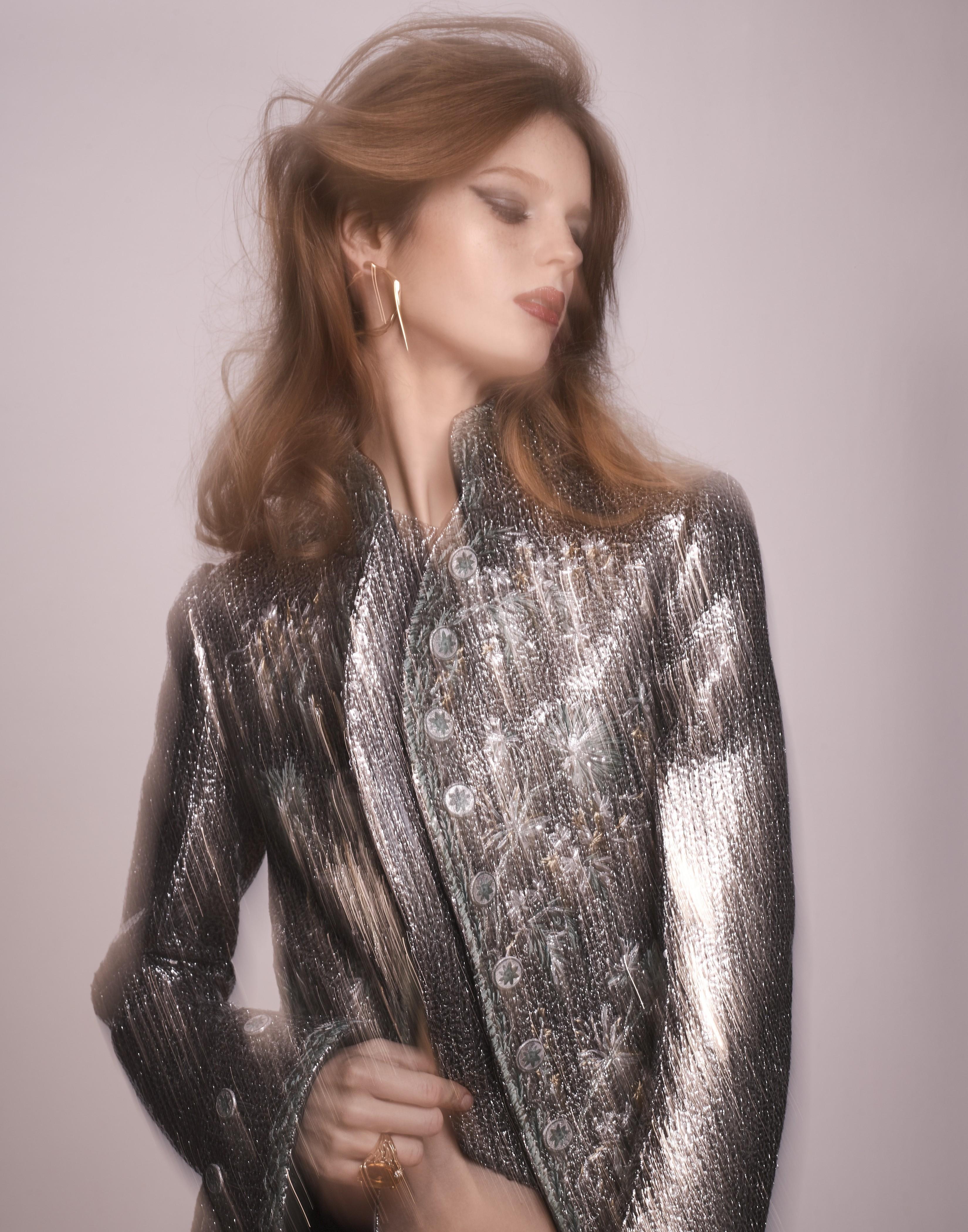 Brinco e anel, Christian Dior; jaqueta, Louis Vuitton. (Foto: Benjamin Kaufmann)