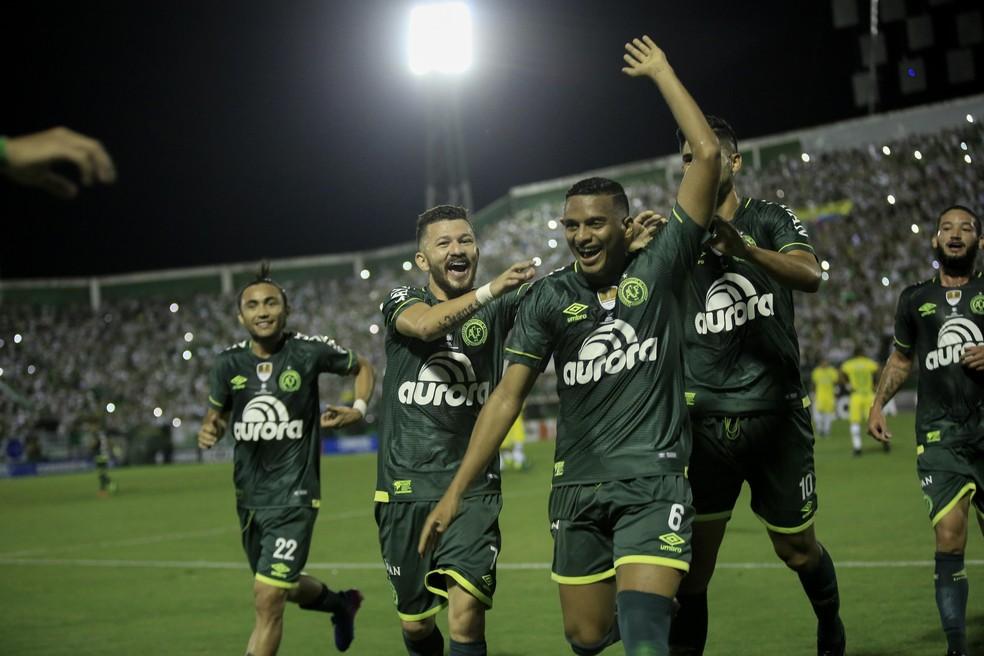 Reinaldo comemora o primeiro gol da Chape (Foto: EFE/Sebastião Moreira)