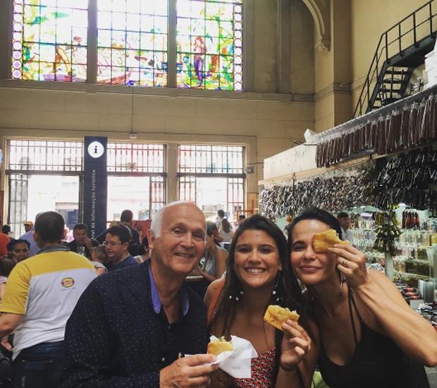 Acompanhda pelos avós, Giulia Costa prova o famoso pastel de bacalhau no Mercadão de SP (Foto: Reprodução/Instagram)