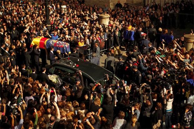 Multidão acompanha o traslado do caixão da duquesa de Alba do lado de fora da Catedral de Sevilha (Foto: Jon Nazca/Reuters)