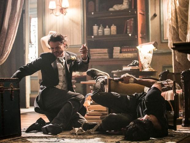 Cobra consegue chutar Haroldo mesmo preso em cadeira (Foto: Raphael Dias / Gshow)