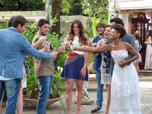 Luiza propõe um brinde em homenagem à Alice (Foto: Em Família/TV Globo)