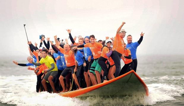 Por recorde, 66 surfistas surfaram juntos em uma prancha gigante (Foto: Mindy Schauer/The Orange County Register/AP)