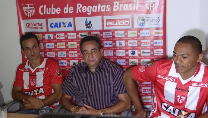 Morais e Lima são apresentados pelo CRB em coletiva no Jaraguá (Foto: Nívio Dorta/G1)