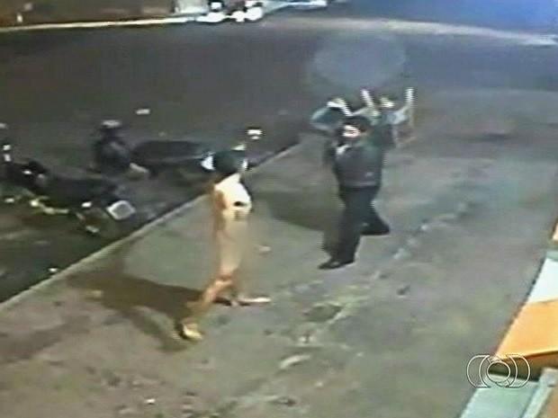 Jovem nu agride namorado da mãe com tesouradas em avenida de Mineiros, Goiás (Foto: Reprodução/TV Anhanguera)