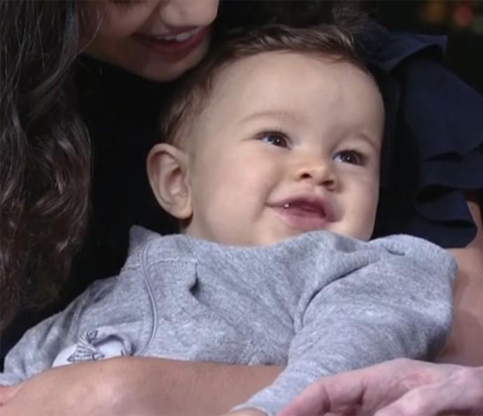 """Otto ficou todo sorridente em sua """"primeira entrevista"""" ao lado da mamãe Sophie (Foto: TV Globo)"""