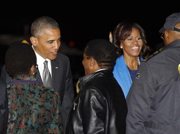 O presidente dos EUA, Barack Obama, e a primeira-dama, Michelle, chegam à África do Sul nesta sexta-feira (28) (Foto: Jason Reed/Reuters)