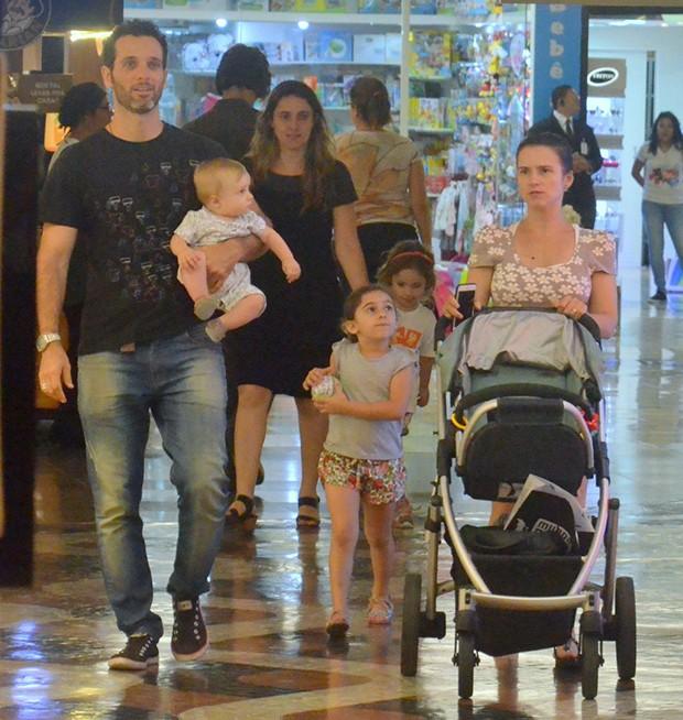 Mouhamed Harfouch com a mulher, Clarissa Eyer e os filhos (Foto: Webert Belicio/ Agnews)