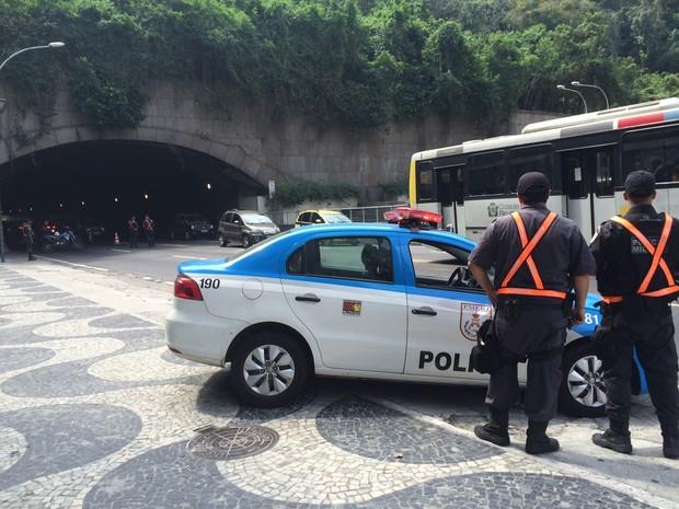 Policiais fazem blitz no Leme, Zona Sul do Rio, no segundo dia de Operação Verão (Foto: Gabriel Barreira/G1)
