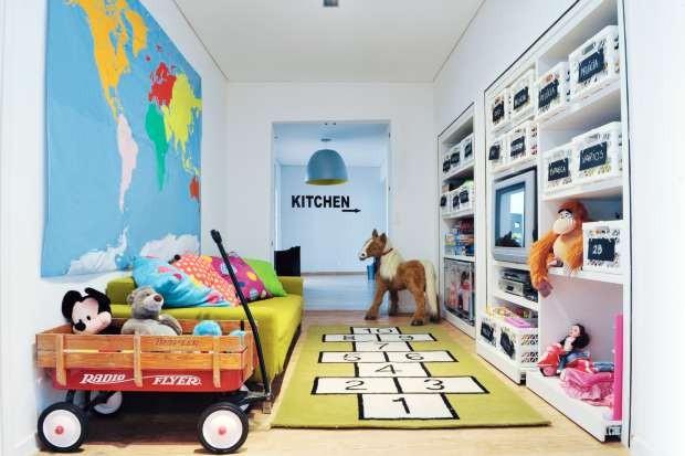 Armário transformado em estante de brinquedos (Foto: Evelyn Müller/Editora Globo)