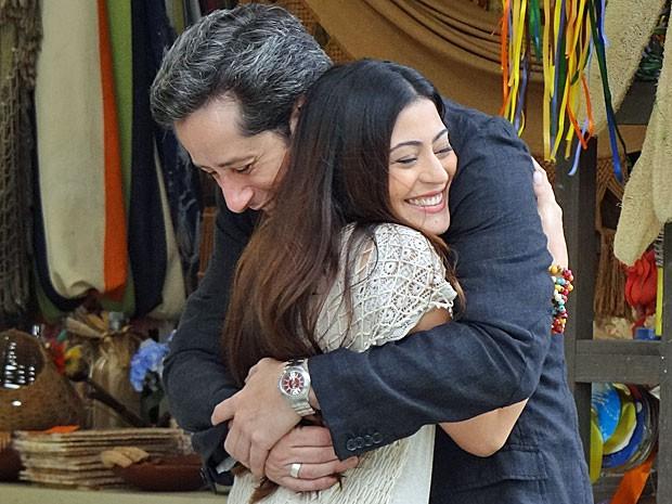 Jacira recebe o carinho de Gil ao lamentar a falta de Tobias (Foto: Amor Eterno Amor/TV Globo)